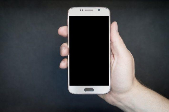 smartphone-naviga-lento-velocita-connessione_800x519